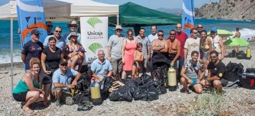 Unicaja colabora con la limpieza de los fondos marinos a través de su Obra Social
