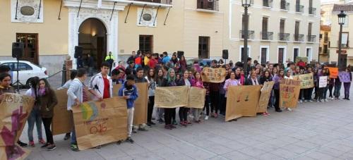 Alumnos del IES La Zafra frente a las puertas del Ayuntamiento con pancartas rechazo violencia de género 2
