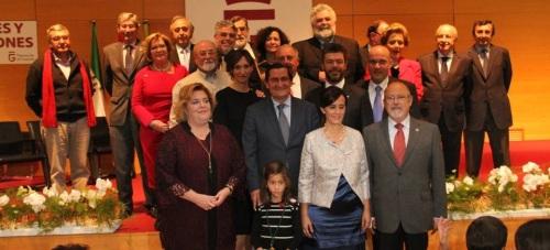 Autoridades con los galardonados con los premios Diputación de Granada