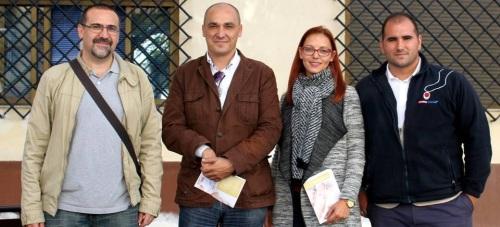 El concejal de Servicios Sociales, Gregorio Morales, con el personal de teleasistencia