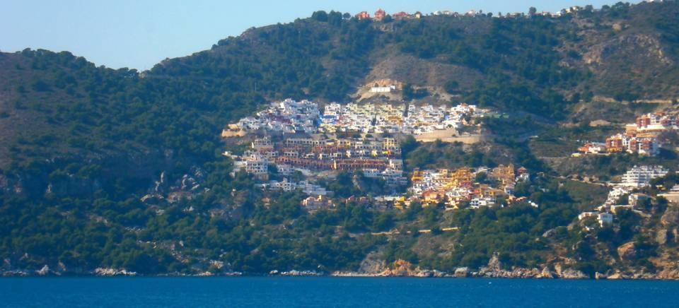 El Consistorio sexitano declara la emergencia en la zona de deslizamiento de la urbanización Cármenes del Mar