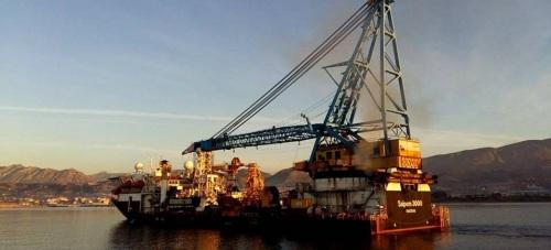 El Saipem, un barco con una grúa con capacidad para cargar 2.400 toneladas, atraca en el Puerto de Motril