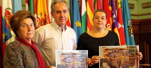 El concejal de Cultura, Francisco Ruiz, acompañado por miembros de la asoaciación de Belenistas