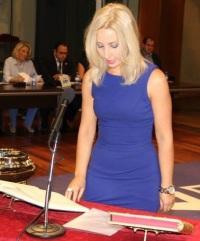 Eva Gaitán jurando como concejal del PA en el Pleno de Constitución de la Corporación Municipal de Almuñécar