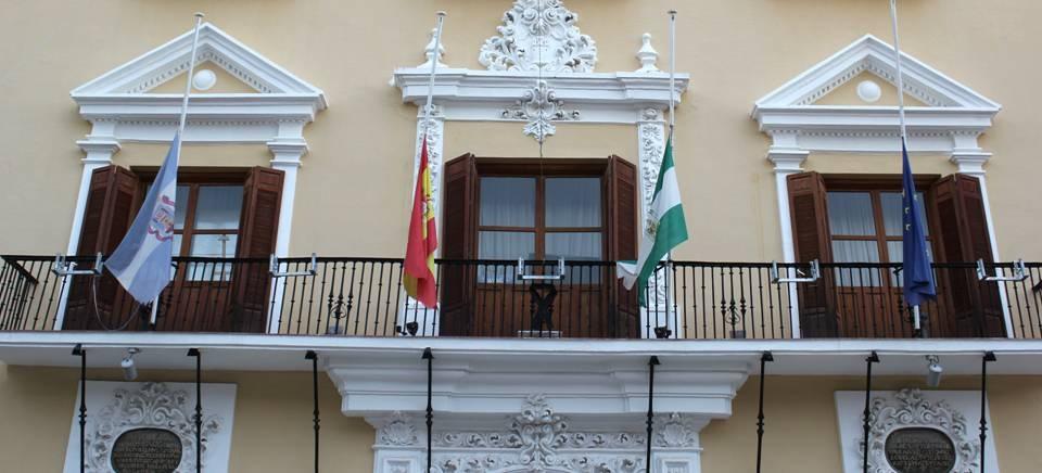Ayuntamiento de Motril con las banderas a media asta