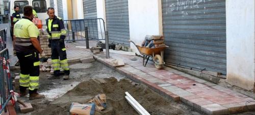 La concejalía de Mantenimiento sustituye gran parte del adoquinado en seis calles del Centro Comercial Abierto