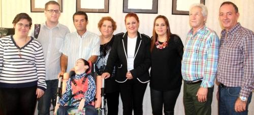La familia de Raúl recibe la recaudación de la paella solidaria