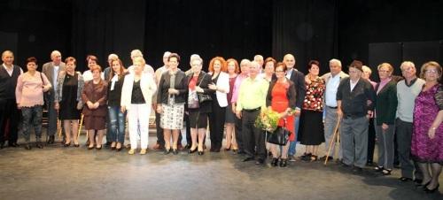 Los matrimonios de mayores que cumplen sus bodas de oro reciben un homenaje en la Villa