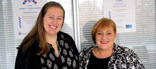 La teniente de alcalde Susana Feixas (dcha) y la profesora del curso, Diana Rubio