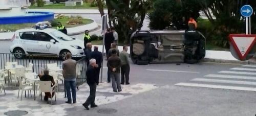 Aparatoso y extraño accidente de tráfico en el centro urbano de Almuñécar