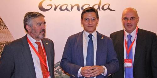 Francisco Rodríguez, Luis Salvador y Raúl Fernández, en el stand de Granada en Fitur 2