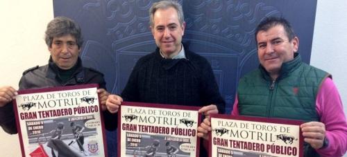 Jorge Motril (izq), Francisco Ruiz (centro) y Jorge Aguaza presentan el cartel del tentadero público de este sábado en la plaza de Motril
