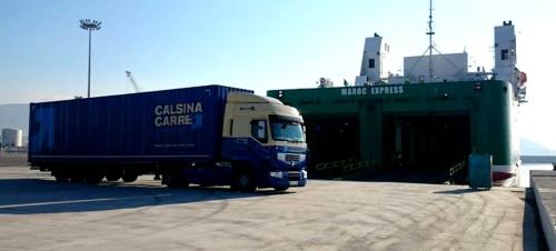 La línea marítima entre los puertos de Motril y Tánger se estrena con cinco camiones de mercancía general