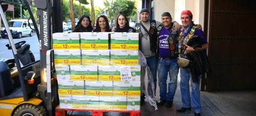 La peña motera 'El Incerso' entrega 700 litros de leche a Cáritas