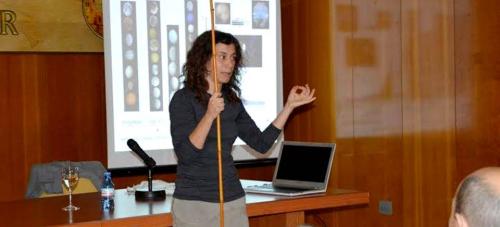 El público llenó la sala de conferencias para escuchar a la profesora de Astrofísica de la UGR Isabel Pérez