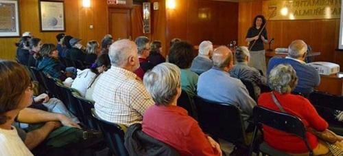 El público llenó la sala de conferencias para escuchar a la profesora de Astrofísica Isabel Pérez
