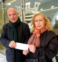 Alejandra Pozo Martín ha recibido de manos del presidente de Mancomunidad, Sergio García Alabarce, una donación económica