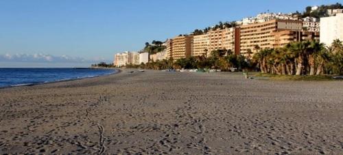 El Ayto. de Almuñécar lleva a cabo labores de mantenimiento de las playas sexitanas de cara a la Semana Santa