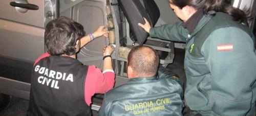 La Guardia Civil halla 16 kilos de hachís en el doble fondo de una furgoneta en el Puerto de Motril