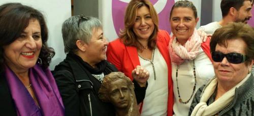 La socialista motrileña Laura Díaz recibe en Huelva, de manos de Susana Díaz, el premio Clara Campoamor