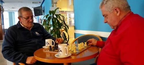 Andrés Palación y Rafael Lamelas echando una partida de ajedrez en la cafetería del Hotel Helios