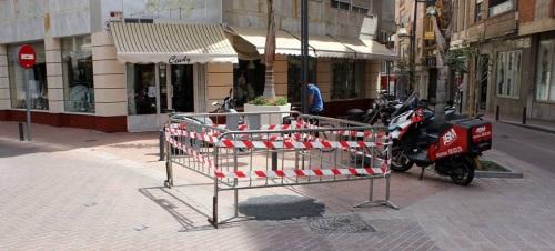 El Ayto. de Motril tapa con asfalto de forma provisional el socavón de la plaza Bustamante