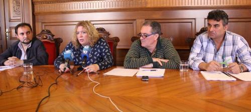La alcaldesa de Motril, Flor Almón, en rueda ... García (dcha) y Miguel Ángel Muñoz (Izq)
