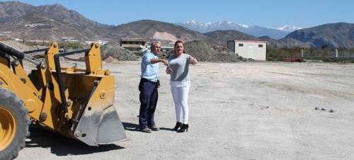La alcaldesa de Salobreña, María Ugenia Rufino, visita las obras del apeadero de autobuses de Salobreña