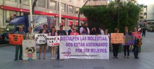 La asociación'Damos la cara' se concentró en la plaza de la Aurora