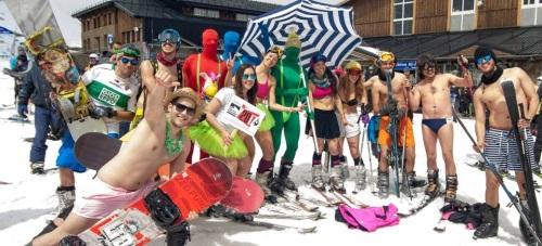 La Costa Tropical se promociona en Sierra Nevada coincidiendo con la bajada en bañador de más de 300 esquiadores