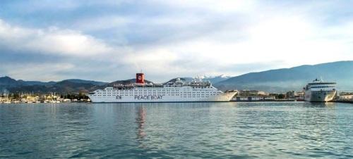 El Barco de la Paz hace su única escala de primavera en el Puerto de Motril