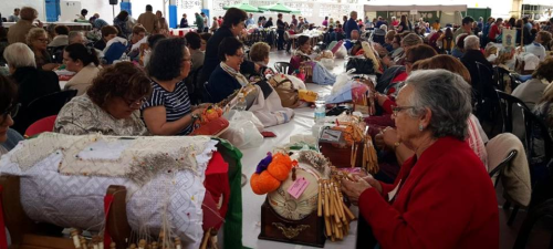 La amenaza de lluvia obligó a celebrar el XIII Encuentro de Bolillos de Almuñécar en el Colegio Virgen de la Antigua
