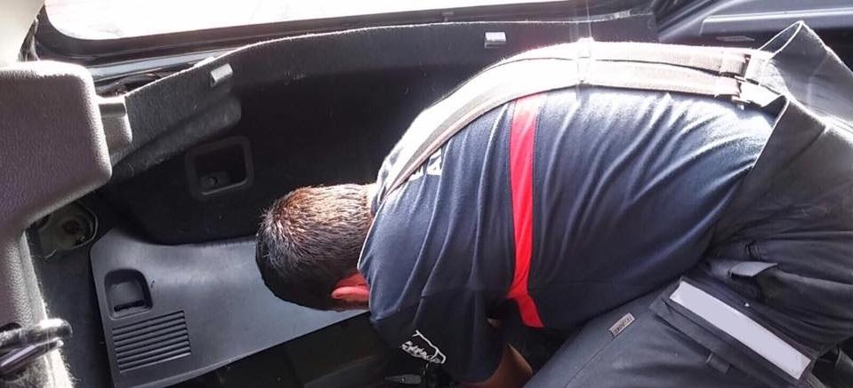 Bomberos de Almuñécar rescatan a un bebe del interior de un vehículo donde quedó encerrado