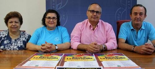David Martín acompañado por los miembros de la Asociación de Vecinos de La Fabriquilla en la presentación de las fiestas del barrio 2