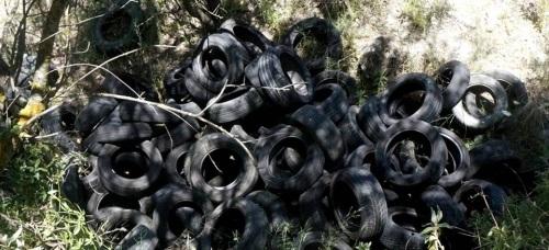 IU denuncia la existencia de un vertedero ilegal de neumáticos en La Herradura