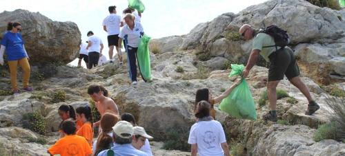 Jornada de limpieza de las rocas del peñón Punta de la Mona