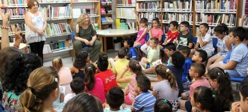 La alcaldesa participa en la Biblioteca Pública de Santa Adela en la actividad 'Biblioteca-Escuela' para el fomento de la lectura