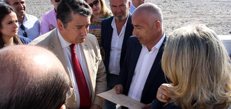 Sergio García informa a Antonio Sanz de las carencias de las playas de la Costa Tropical