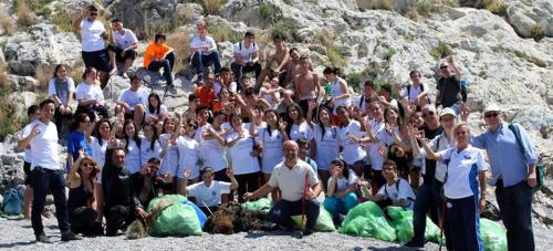 Voluntarios retiran en Almuñécar más de 50 kilos de residuos de las rocas en las zonas de pesca