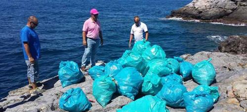 Voluntarios retiran en la Punta de la Mona más de 130 kilos de basura de las piedras de pesca