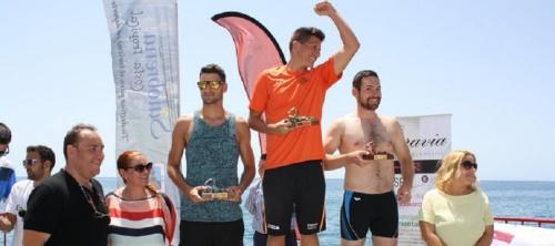 300 nadadores le ponen color al litoral salobreñero en la travesía a nado del Peñón a La Caleta