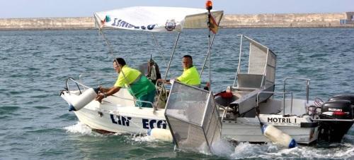 El barco de LIMDECO refuerza el dispositivo de limpieza de las playas motrileñas