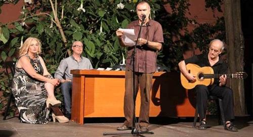 El escritor almeriense Ángel Luis Alonso presentó en Almuñécar su libro de poesía 'Desgarros'