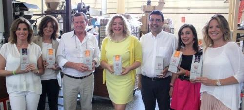 Flor Almón (centro) y Mario Jiménez con el fundador y las gerentes de Sol y Crema
