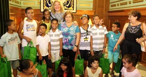 Flor Almónrecibe a los niños saharauis que participan en el programa de 'Vacaciones en Paz'