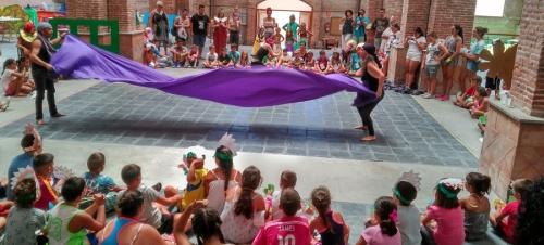 Un centenar de jóvenes y sus familias celebran la clausura de la Escuela Social de Verano con una gymkhana