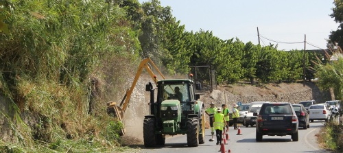 la-concejalia-de-agricultura-limpia-y-acondiciona-la-carretera-de-acceso-a-motril-por-los-candelones