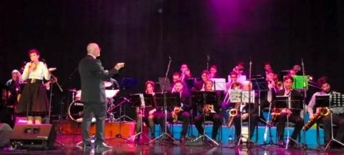 la-insostenible-big-band-llevo-el-jazz-a-la-casa-de-la-cultura-de-almunecar