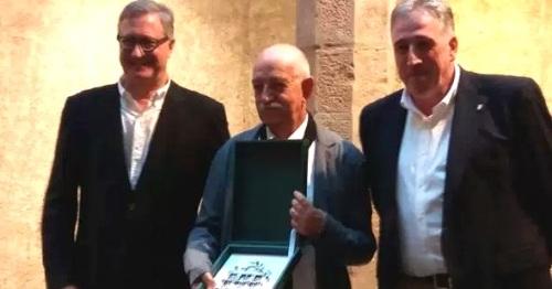 tomas-hernandez-recibe-el-premio-del-intl-de-poesia-ciudad-de-pamplona-en-la-modalidad-de-castellano