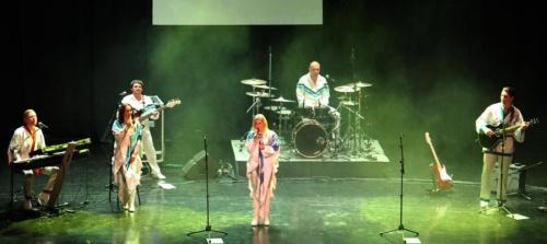 almunecar-rindio-homenaje-al-mitico-grupo-sueco-abba-con-un-gran-concierto